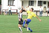 SOKOLEČ MÁ PRVNÍ VÝHRU. Ve druhém kole I.A třídy si fotbalisté Sokolče připsali svoji první výhru. Doma porazili Kosořice o jednu branku 2:1. O oba góly se postaral Alan Karela (vpravo).