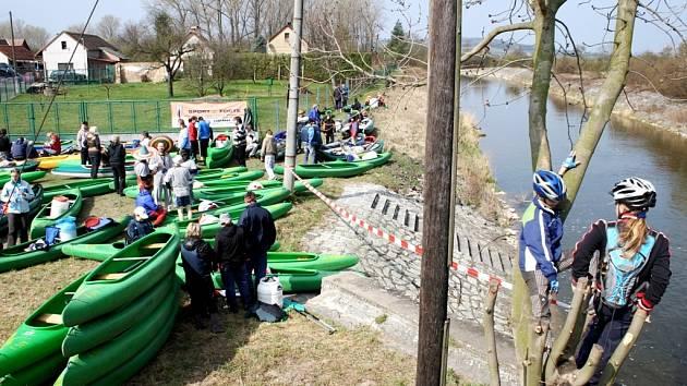 Vodáci se těší na svůj velký svátek. V sobotu 20. dubna je totiž  čeká akce s názvem Želviáda, při které sjedou od Žehuňského rybníka Cidlinu. Foto z  minulého ročníku.