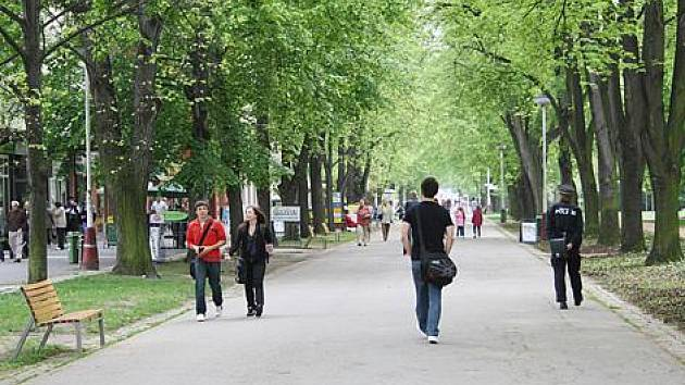 Lázeňská kolonáda v Poděbradech dostane nový asfaltový povrch v okrové barvě.