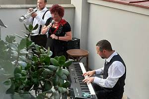 Písně z Osvobozeného divadla zazněly v letní čítárně nymburské knihovny.