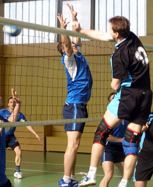 Volejbalové utkání SKP Nymburk (ve světlemodrém) - Tuchlovice skončilo výsledky 3:2 a 2:3