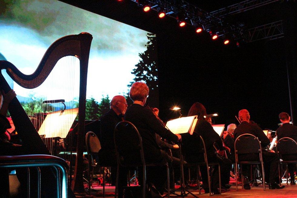 Páteční večer na hlavní scéně u jezera patřil filmovým melodiím Ondřeje Soukupa.