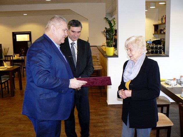 Hejtman Miloš Petera předal kronikářce Ludmile Tvrdíkové ze Žehuně Čestný list a věcný dar.