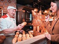 Italský pekař miluje okamžik, když vytahuje z trouby křupavé pečivo