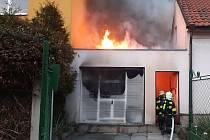 Požár osobního auta v garáži mezi domy ve Staré Boleslavi.