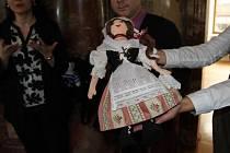 Hejtmančina panenka Anička se spolu s dalšími panenkami od známých osobností dražila formou tiché aukce v pondělí 11. prosince 2017 v České národní budově v New Yorku v rámci výstavy panenek předních českých designerů a osobností.