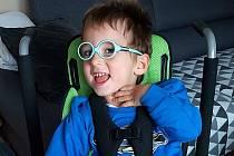 Tříletý Tobias neměl během karantény možnost cvičit a chodit na tolik potřebné rehabilitace.