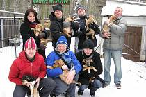 Členové poděbradského souboru Járy Cimrmana se pomazlili se nalezenými štěňaty.