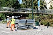 Dělníci už rozestavují plochy kolem širší plochy staveniště, cyklisté se vracejí už od kamenného mostu.