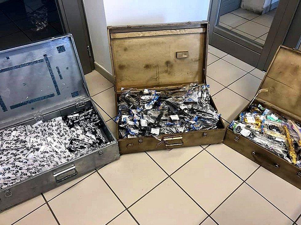 Nalezené a vrácené kufry plné dárků pro děti.