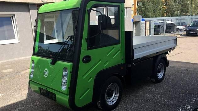 Technické služby v Nymburce mají multikáru ve formě elektromobilu.