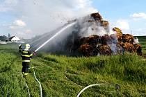 Požár stohu u Milovic.