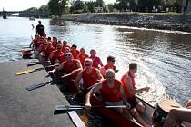 Čtyřicet posádek usedlo do dračích lodí.