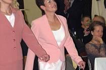 VIP ženy ze Sadské v čele se starostkou Cecilií Pajkrtovou uskutečnily na jediném plese sadské sezony módní přehlídku.