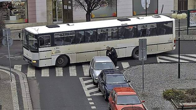 Špatně zaparkované auto v centru způsobilo komplikace dalším řidičům.
