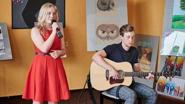 Žáci hudebních a výtvarných oborů předvedli svůj um online.