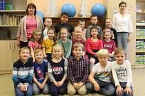 Třída 1. A s paní učitelkou Naďou Prejzovou (vlevo) a asistentkou pedagoga Lucií Mikuleckou.