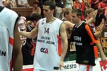 Z druhého zápasu finále Mattoni NBL mezi Nymburkem a Novým Jičínem (89:47).