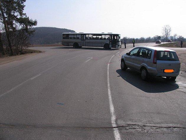 U Lysé se srazil autobus s osobákem