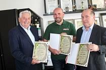 Ocenění si v nymburském pivovaru z rukou zástupce pořadatele Josefa Vacla (vlevo) převzali sládek Bohumil Valenta (uprostřed) a ředitel pivovaru Pavel Benák.