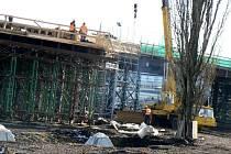 Zloděj vykradl stavební buňky u staveniště nadjezdu v Poděbradech.