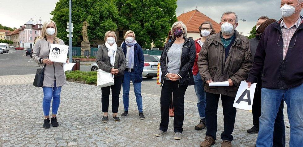 Protestní shromáždění na náměstí v Sadské.