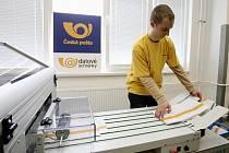 Česká pošta už v některých místech republiky spustila tisk obálek s oranžovým pruhem k datovým schránkám.