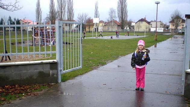 Poděbradská ZŠ na Žižkově: Plot nás chrání, ale neodděluje