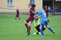 Konečně na hřišti. Mezi prvními na okrese si zahráli přátelský zápas dorostenci Bohemie Poděbrady (v rudém).
