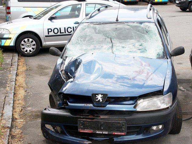Auto, se kterým zdrogovaný muž ujížděl před policisty