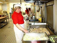 Alena Jeníková ve svém království. V kuchyni na Základní škole Letců RAF v Nymburce.