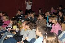 Žáci ZŠ Komenského se v auditoriu vytáhli před svými vrstevníky