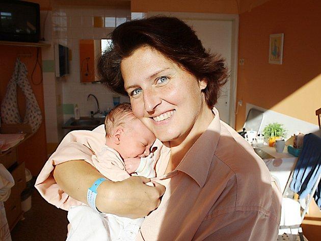 ČTVRTÝ DO PARTY. Filip Erben se narodil 13. října 2017 ve 20.25.  Vážil 2  740 g a měřil 46 cm. Doma se na něj těší Honzík (10), Šimon (7) a Vojta (4) tak uvítají malého bratříčka v Milovicích. Všichni budou žít s maminkou Martinou a tatínkem  Vojtou.