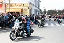 Tisíce motorkářů a další tisíce jejich příznivců. Tak vypadá každoročně zahájení motorkářské sezóny, v jehož rámci se jede spanilá jízda na trati Praha - Poděbrady. Snímek je z příjezdu na náměstí před dvěma lety.