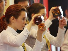 Studenti soutěžili v míchání nápojů v úterý na Lázeňské kolonádě.