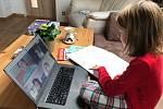 Vendulka při prvním propojení školy on-line.