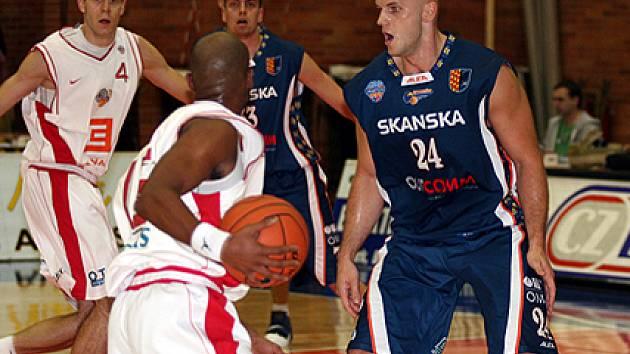 Robert Tomaszek (vpravo) si zahrál několik zápasů proti Nymburku. Nyní bude hrát v jeho dresu.