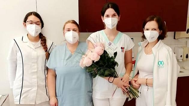 Darované růže pro zdravotníky v nymburské nemocnici.