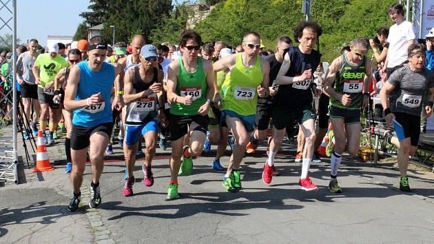 V neděli se už pošesté běžel Nymburský půlmaraton.