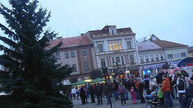 V Nymburce byl rozsvícen vánoční strom