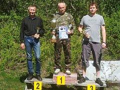BYLI NEJPŘESNĚJŠÍ. Křinecké klání vyhrál domácí Milan Beneš (uprostřed), druhý byl Josef Průša ze Staré Lysé (vlevo) a třetí jeho oddílový kolega Richard Fidranský.