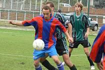 ROZHODL ZÁPAS. Loučeňský útočník Jan Štěpánek (u míče) rozhodl jediným gólem přípravný zápas v Lysé.