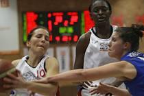 Z basketbalového utkání žen série o třetí místo nejvyšší soutěže Nymburk - Trutnov (73:66)