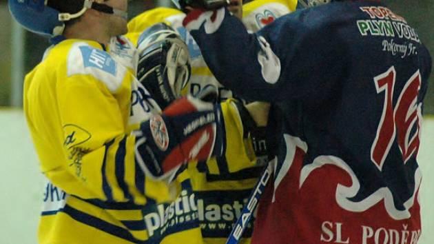 """Zápasy mezi Kings Poděbrady (ve žlutém) a SL Poděbrady byly vždy vyhecované. V letošní sezoně bude Poděbradský pohár o tyto mače ochuzen, """"kingové"""" se do soutěže nepřihlásili"""
