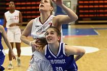 Basketbalistky Nymburka (v bílém) porazily na své palubovce družstvo Strakonic 85:49.