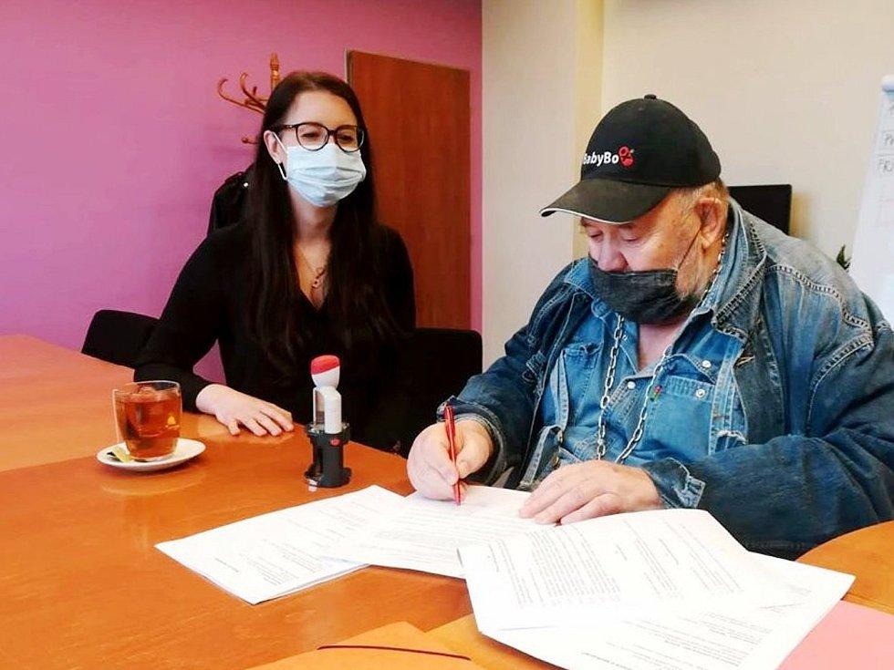 Jednatelka nemocnice Nela Gvoždiaková s duchovním otcem projektu babyboxů Ludvíkem Hessem.