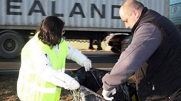 Starostka Jizbic Eva Pacltová s Alešem Suchánkem odklízeli pytle s odpadky z pole.