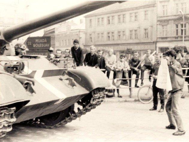 Srpen 1968 na nymburském náměstí.