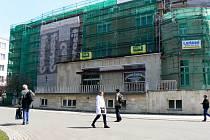 Hotel Libenský je zatím stále obehnán lešením. Slavnostně bude otevřen v červnu
