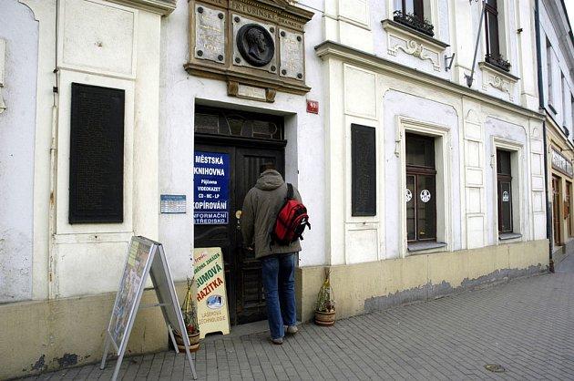 Vchod do poděbradské knihovny